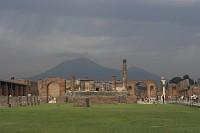 Pompeje - Światynia Jowisza - widok na Forum i Wezuwiusz